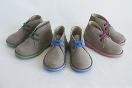 Desert suède laarzen met contrasterende veters, steken en zool-grijs